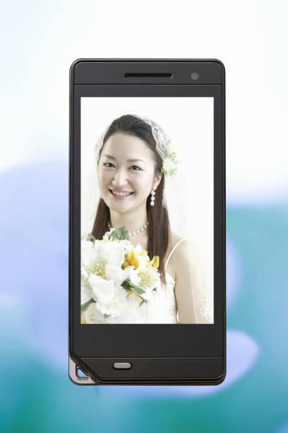 braut mit bouquet - hochzeitskleider online stock-fotos und bilder