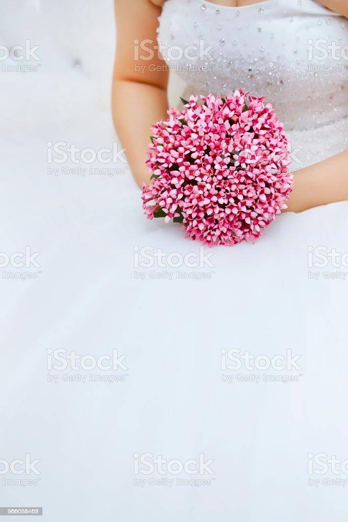 Bruden med bukett - Royaltyfri Blomma Bildbanksbilder