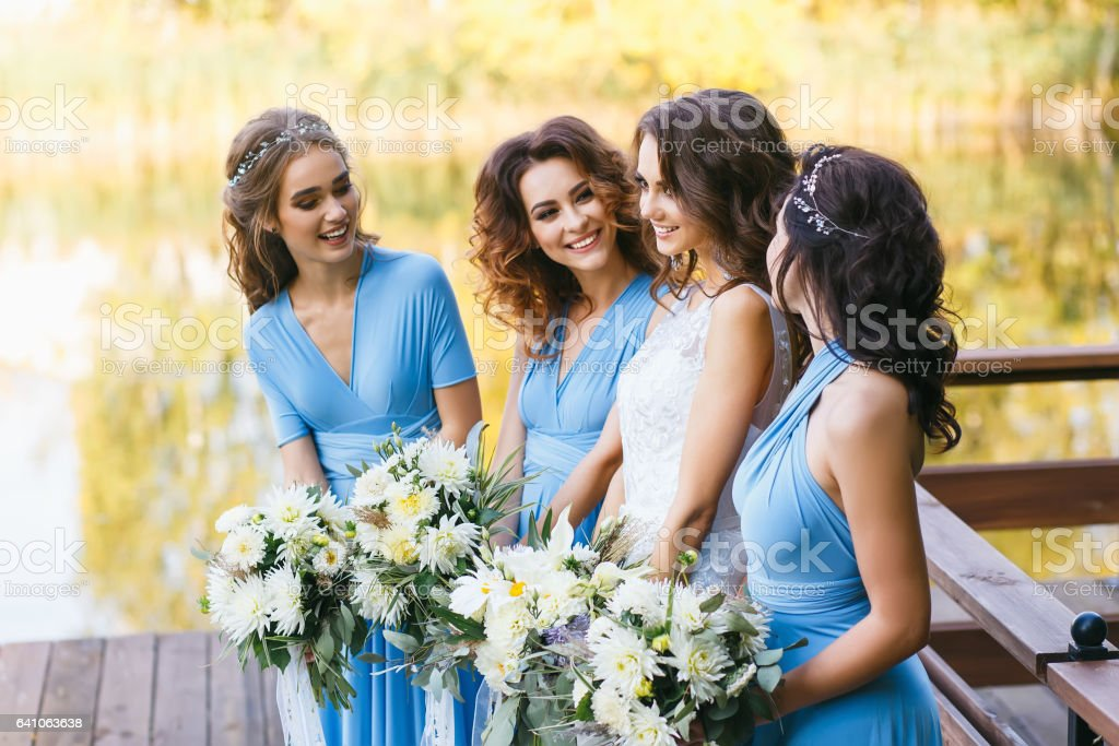 Bride with bridesmaids – Foto