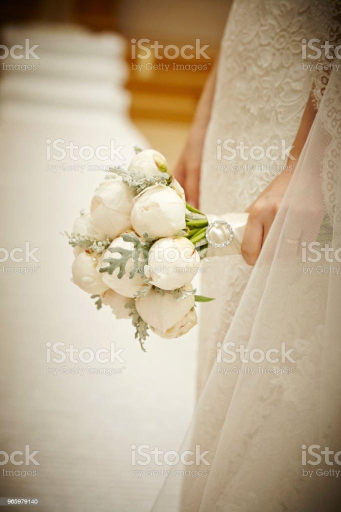 Bruden med blombukett - Royaltyfri Blomma Bildbanksbilder