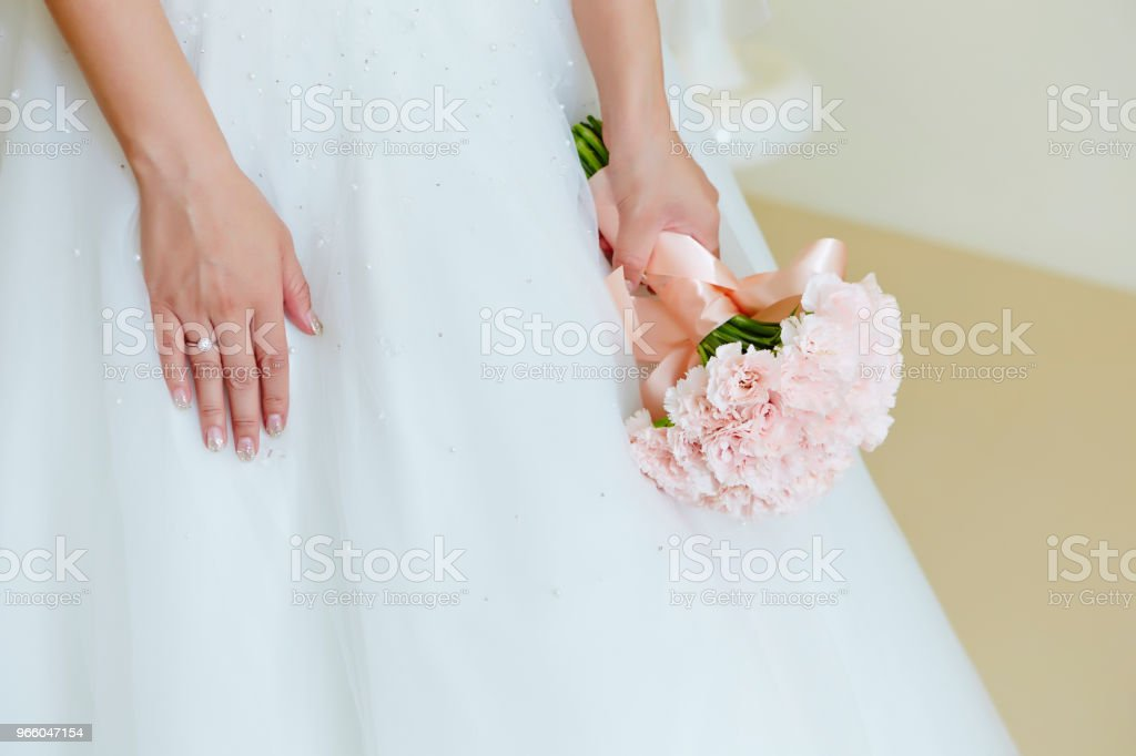 Bruid met bloemboeket - Royalty-free Bloem - Plant Stockfoto