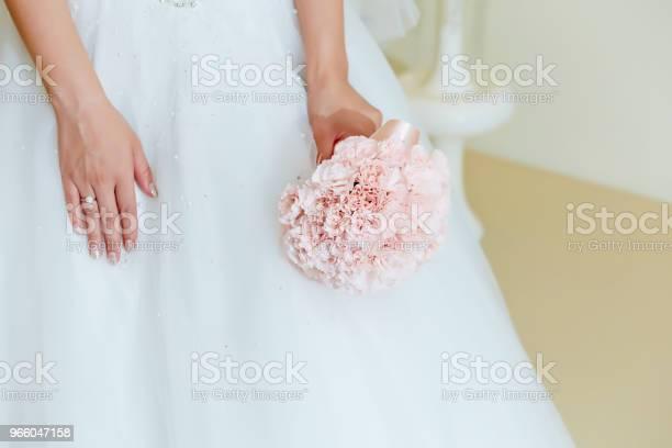Bride With Flower Bouquet - Fotografias de stock e mais imagens de Acontecimentos da Vida