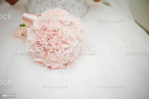 Braut Mit Blumenstrauß Stockfoto und mehr Bilder von Besonderes Lebensereignis