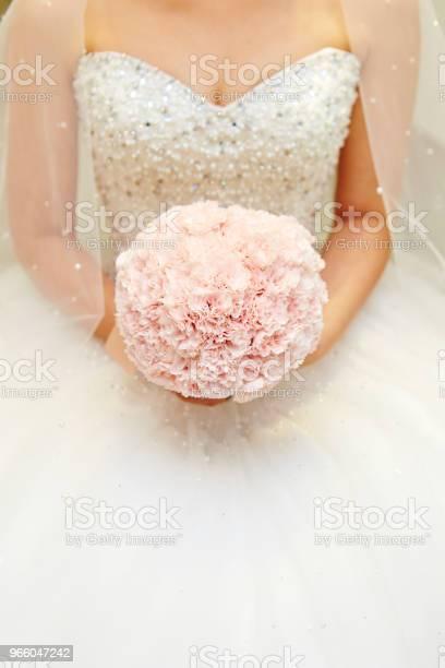 Невеста С Цветочным Букетом — стоковые фотографии и другие картинки Букет