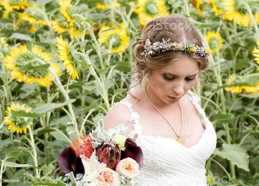 Mariée avec des fleurs dans la nature le jour de votre mariage - Photo
