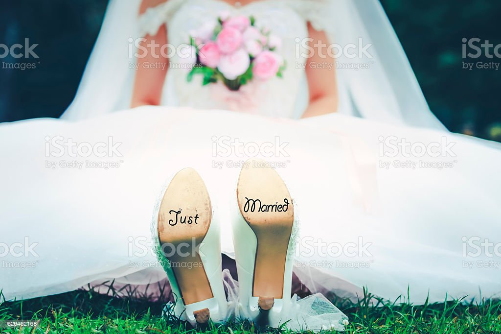 Bride with 'Just Married' written on shoes – Foto