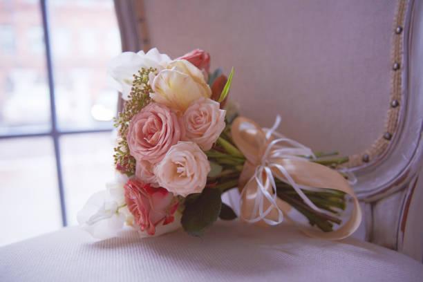 bräute bouquet legt auf antiken stuhl - lila, grün, schlafzimmer stock-fotos und bilder