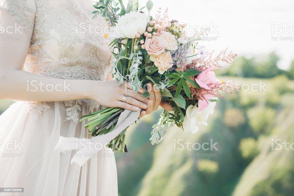 Braut Die Hande Halten Schone Brautstrauss Pfingstrosen Fine