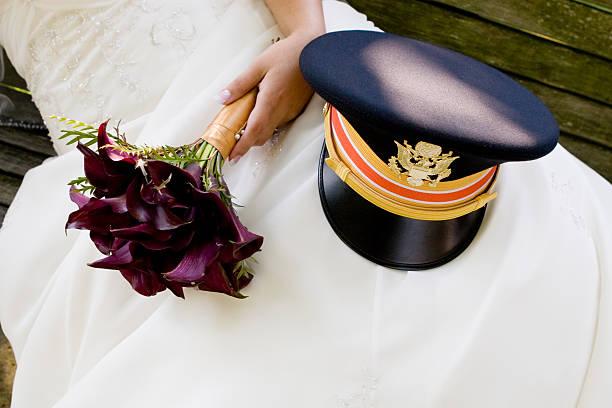 Braut-Runde Parkbank mit Lila bouquet marine uniform-Mütze – Foto
