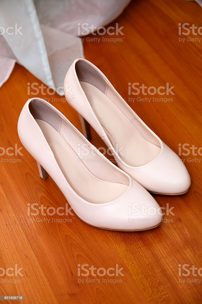 Brides shoes with a gold wedding ring foto stock royalty-free