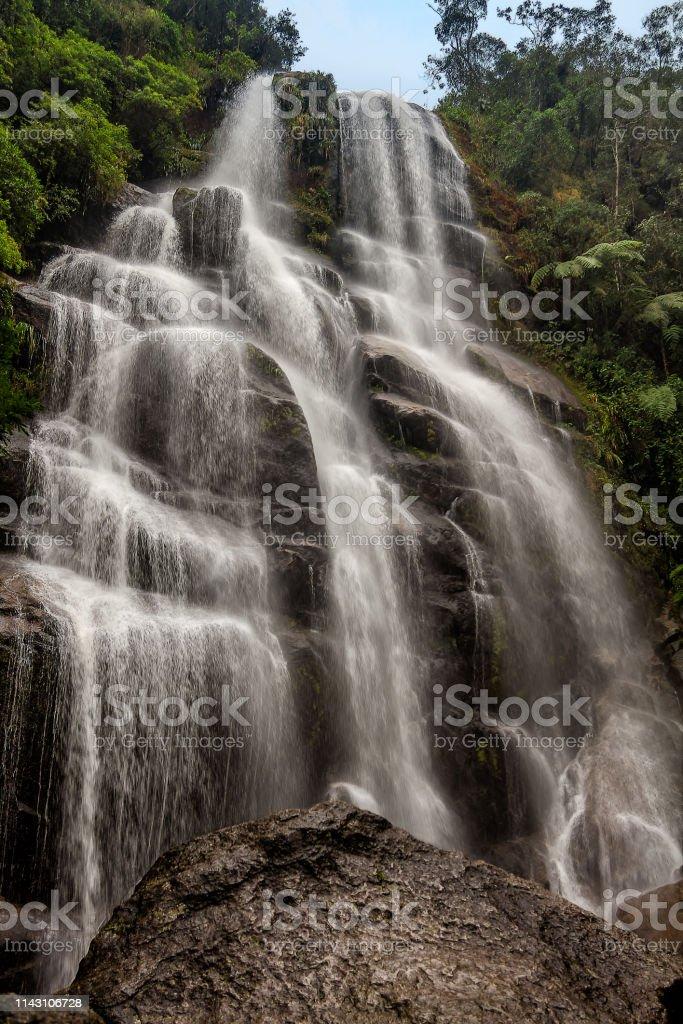 マンチケーラ山脈の花嫁のベール滝イタティアイアリオデジャネイロ ...