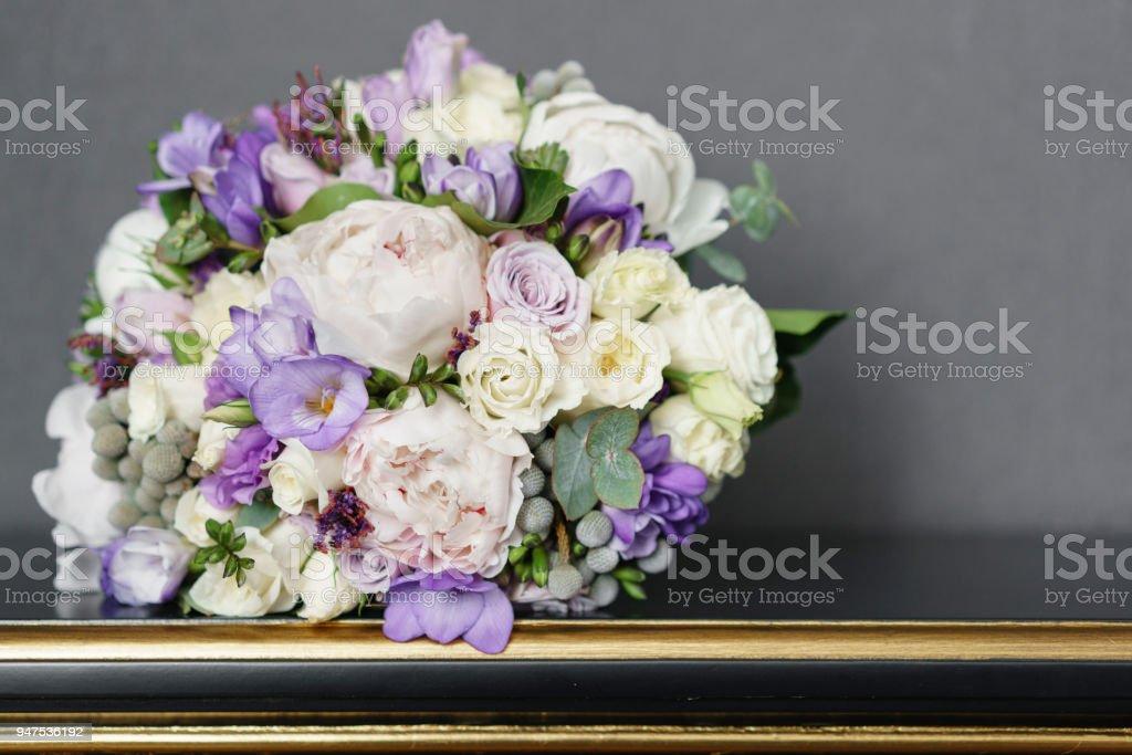 Braute Hochzeit Blumenstrauss Mit Pfingstrosen Freesie Und Anderen