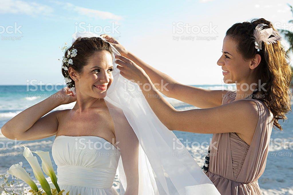 Brautjungfern anpassen den Brautschleier - – Foto