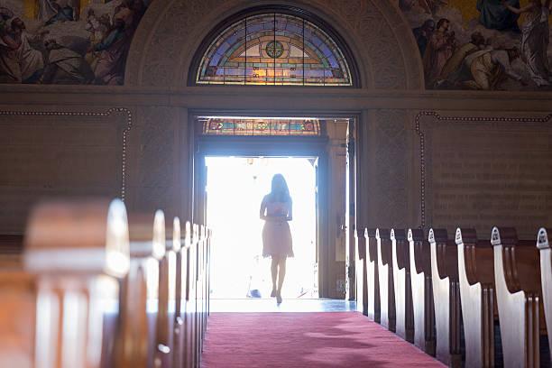 brautjungfern in einer kirche hochzeit - brautjungfer kleid china stock-fotos und bilder