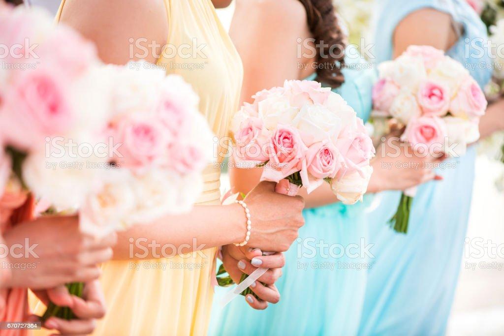 Halten einen Strauß Rosen bei der Hochzeit Brautjungfer. – Foto