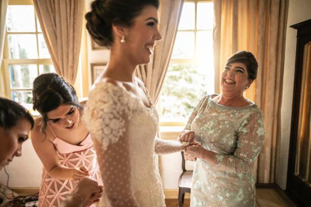 brautjungfern helfen braut immer für die hochzeitszeremonie gekleidet - mütterbrautkleider stock-fotos und bilder