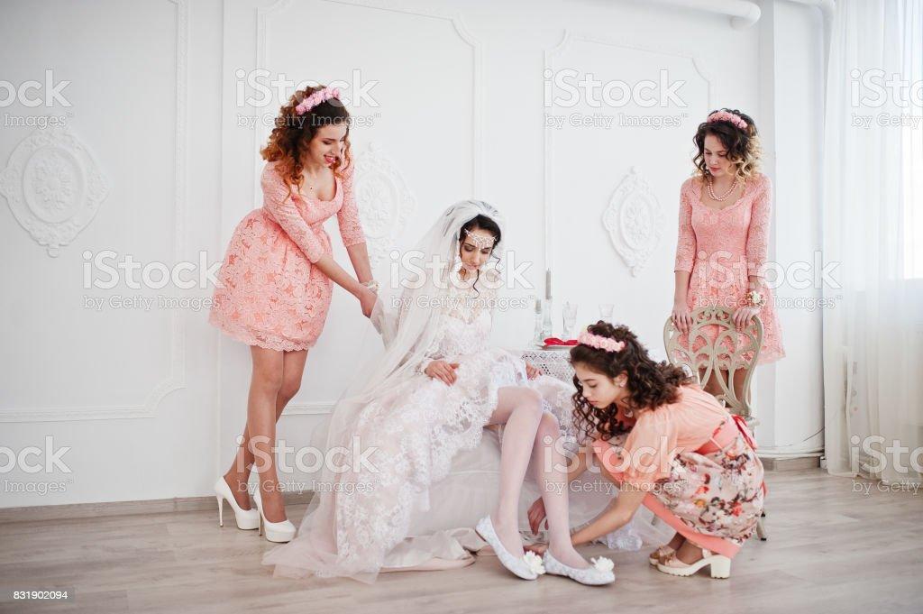Brautjungfern Die Braut Ihre Hochzeitsschuhe Anund Machen Sich