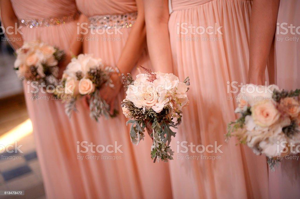 Brautjungfern halten schöne Brautstrauß – Foto