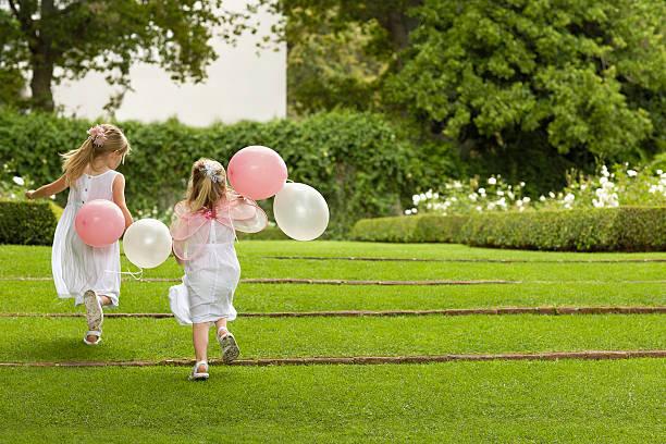 Brautjungfern mit Ballons Laufen im Garten – Foto