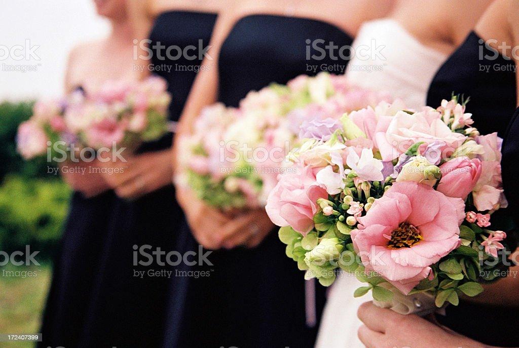 Brautjungfern mit Blumen – Foto