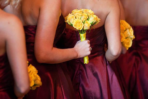 Brautjungfern mit gelben Blumensträuße stehen in Linie Church – Foto