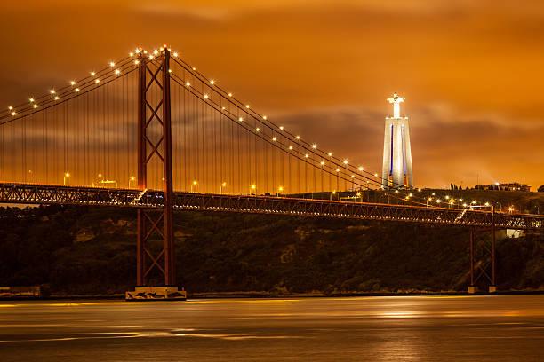 ponte 25 de abril na noite, lisboa - cristo rei lisboa imagens e fotografias de stock