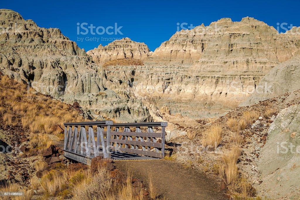 Bridge among beautiful rocks. Dry landscape. photo libre de droits