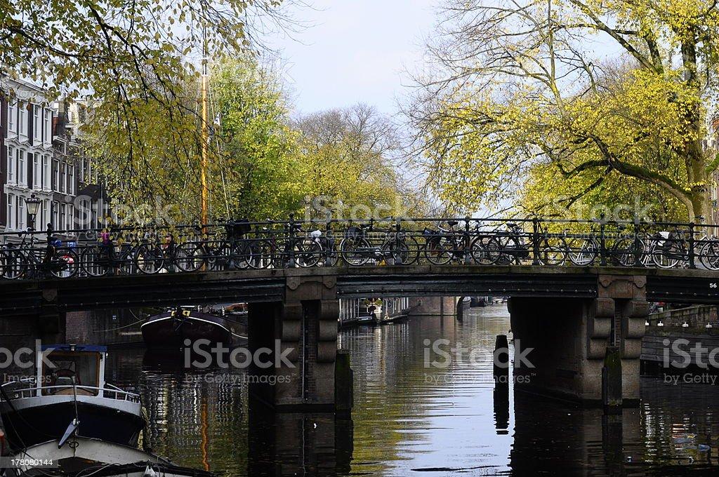 Ponte e bicicletas no canal em Amsterdã - foto de acervo