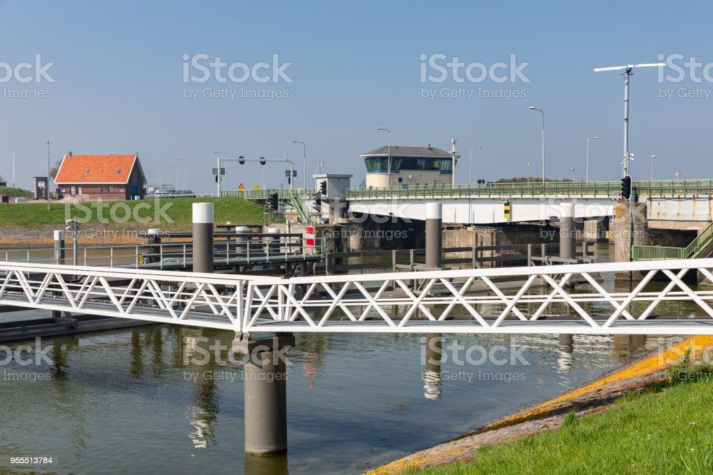 Brug en sluis in de Afsluitdijk bij Kornwerderzand in Nederland foto