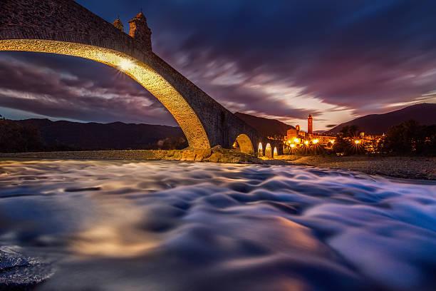 bridge di notte - bobbio foto e immagini stock