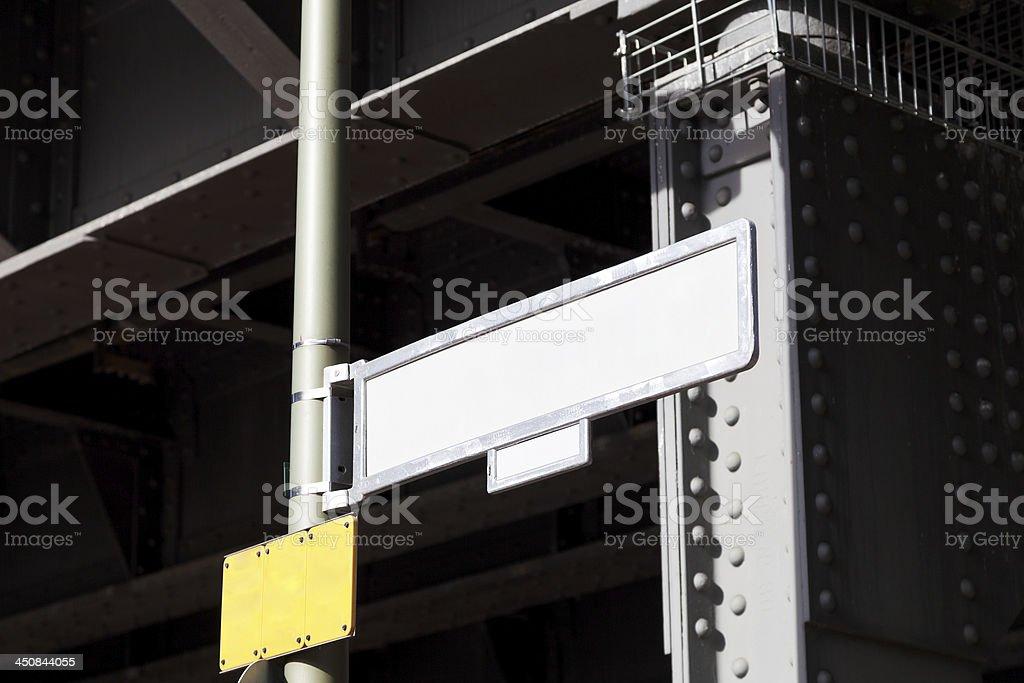 bridge halten und leere Straße-Zeigestab – Foto