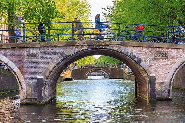 bridge bicycling - keizersgracht stockfoto's en -beelden