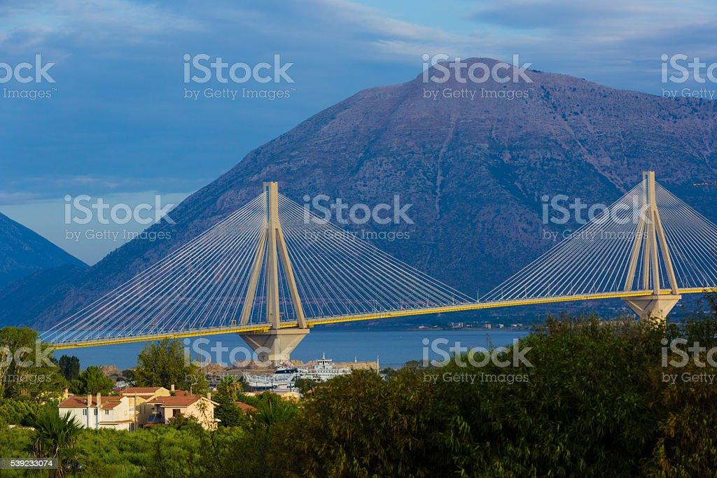 Puente en Grecia, las montañas en el fondo foto de stock libre de derechos