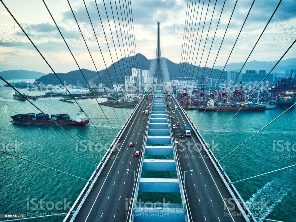 Brücke in Hong Kong und Containerladung Frachtschiff – Foto