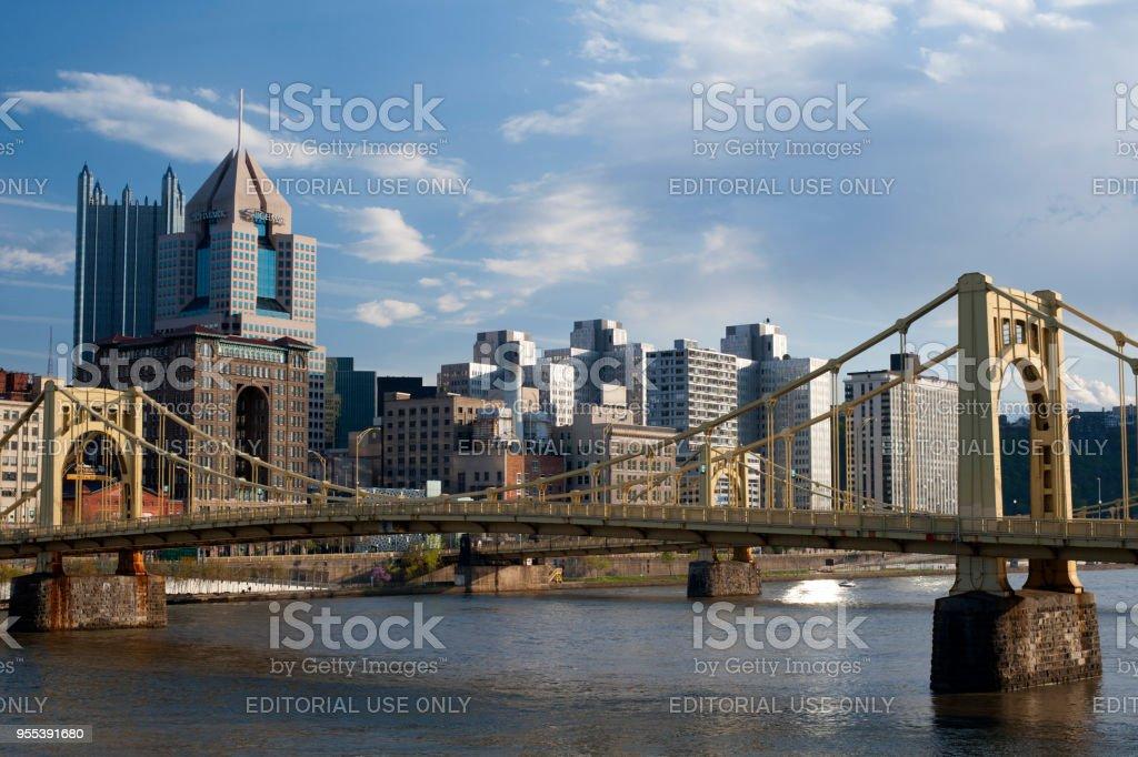 Bridge in Pittsburgh with view of downtown skyline - Zbiór zdjęć royalty-free (Architektura)
