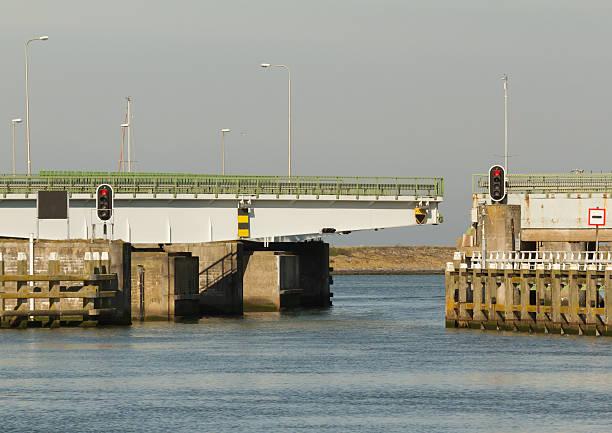 Bridge in the afsluitdijk foto