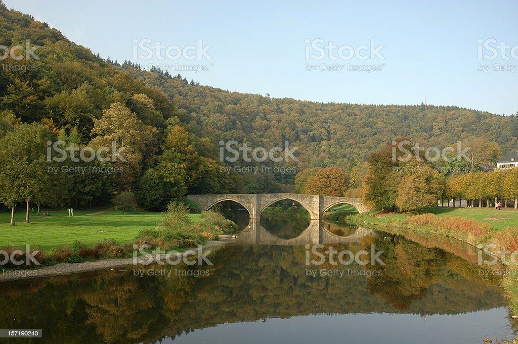 Pont reflète dans la rivière Semois Wallonie Belgique - Photo