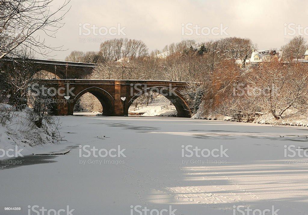 Ponte sul fiume ghiacciato foto stock royalty-free
