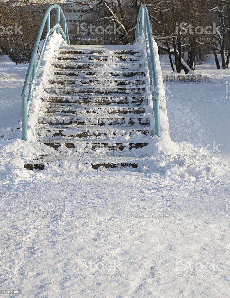 Pont sur étang de l'hiver au parc de la ville photo libre de droits