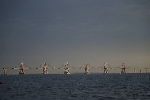 bridge over the lake of maracaibo - maracaibo fotografías e imágenes de stock