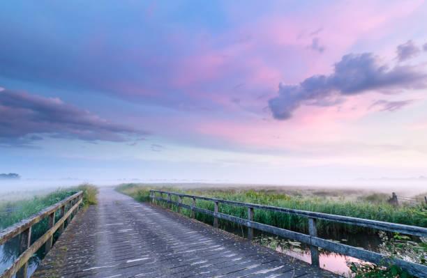 Bridge Road bij Beautiful Misty Pink Sunrise, Nederland foto