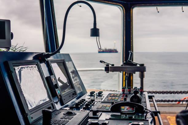 brücke schiffsausrüstung. telegraph-griffe-ukw-radio, navigationsgeräte - steuerungstechnik stock-fotos und bilder