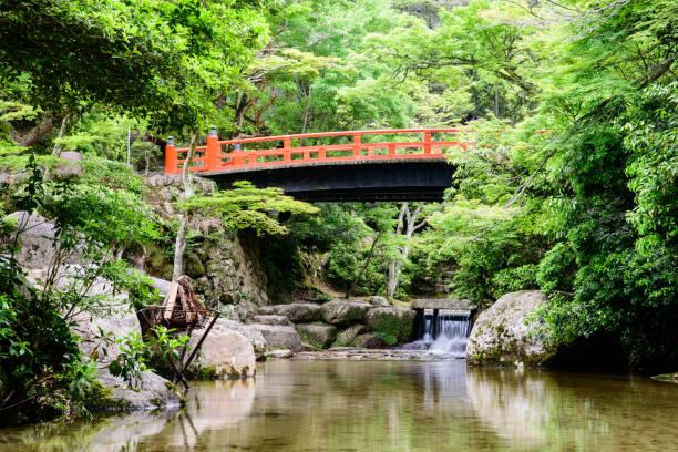 Puente al Parque Momijidani, isla de Miyajima, Japón - foto de stock