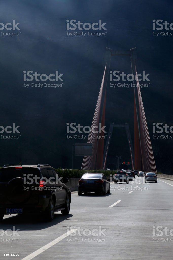 Puente a la oscuridad - foto de stock