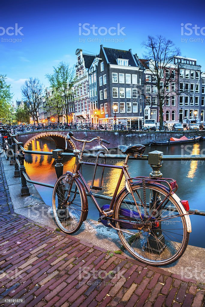 Bridge with Bicycle and Water Channel in Amsterdam at Night​​​ foto