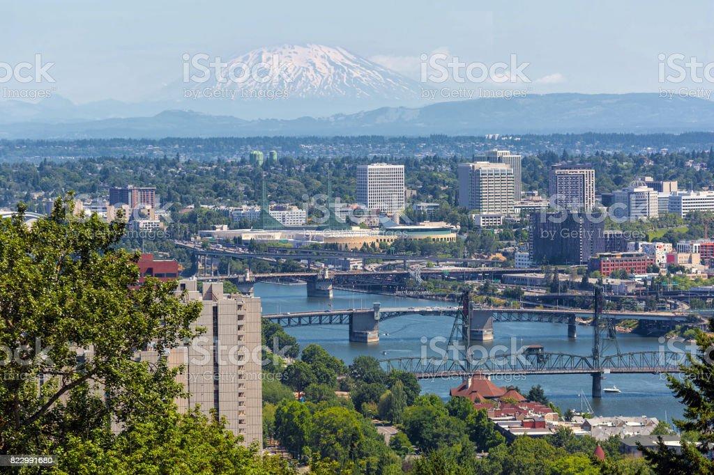 Brücken von Portland Oregon in der Innenstadt mit Mt Saint Helens anzeigen – Foto