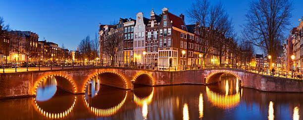 bridges over canals in amsterdam at night - keizersgracht stockfoto's en -beelden