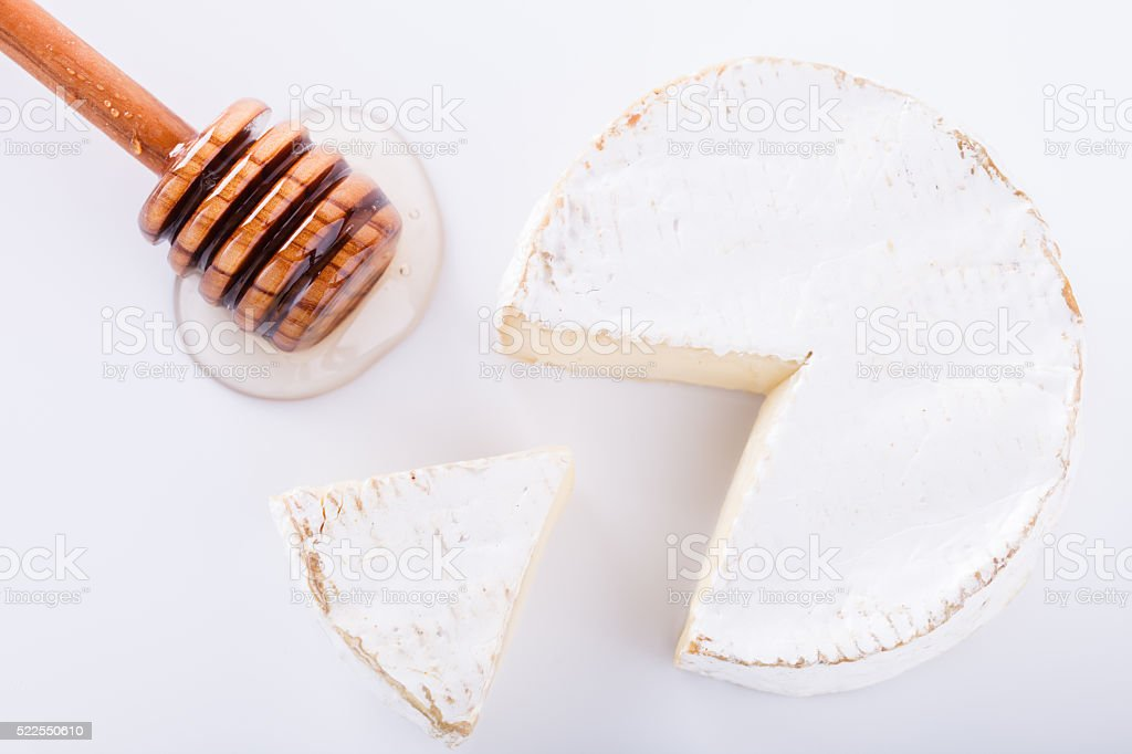 Fromage Brie sur du bois à repasser - Photo