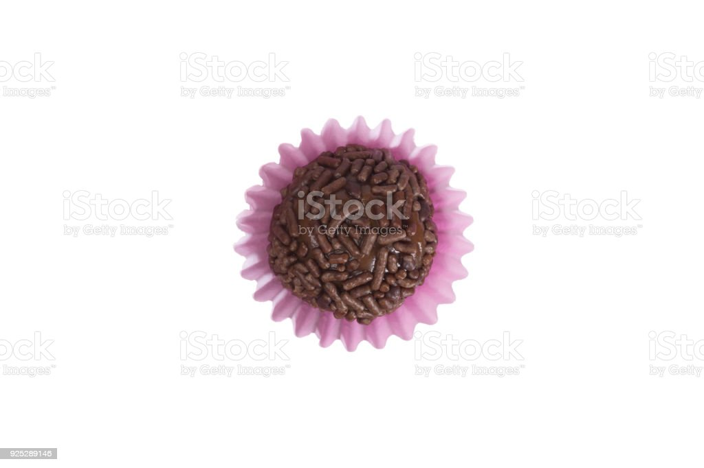 Brigadeiro é uma trufa de chocolate do Brasil. Cacau e granulado de chocolate. Doce de festa de aniversário crianças. Vista superior da bola de doces isolado. - foto de acervo