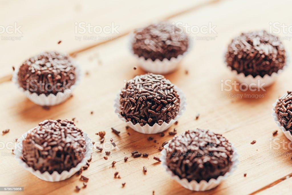 Brigadeiro é uma trufa de chocolate caseira típica do Brasil. Cacau, leite condensado e granulado de chocolate. Comum em festa de aniversário de crianças. - foto de acervo